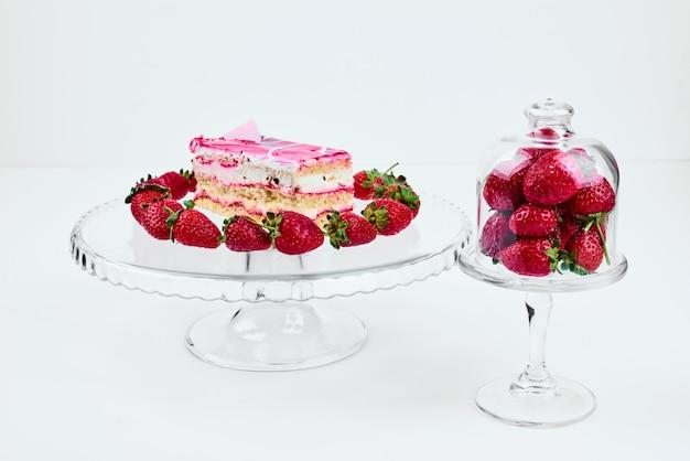 Кусочек малинового торта с клубникой.