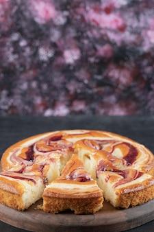 나무 보드에 딸기 파이의 조각입니다.