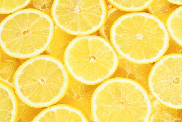 フレッシュなジューシーなイエロー レモンのスライス。テクスチャ背景、パターン。