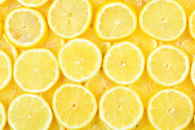 Дольки свежих сочных желтых лимонов Premium Фотографии