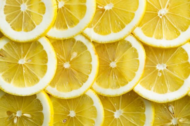 新鮮な黄色いレモンのスライス