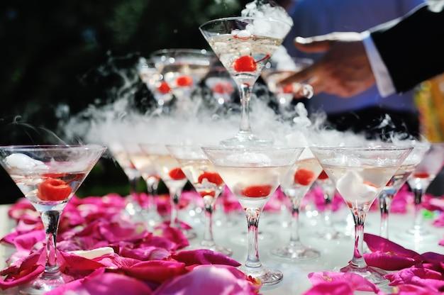 Горка шампанского с сухим льдом и дымом на торжественном мероприятии.