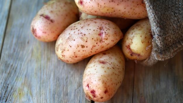若いジャガイモの小さな袋