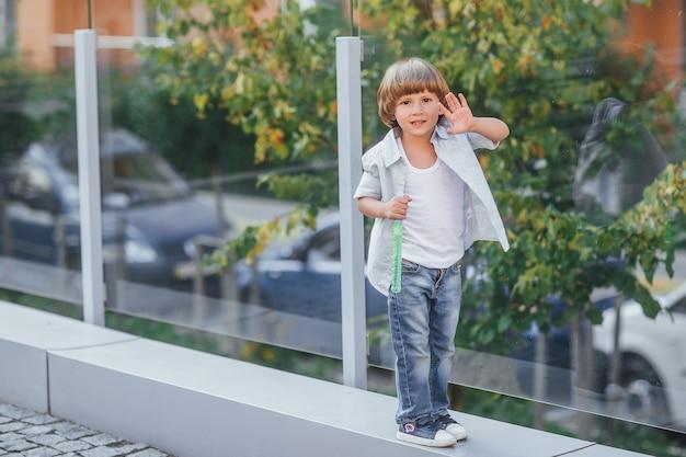 夏の日の都会の装飾で、シャボン玉を吹く小さな男の子