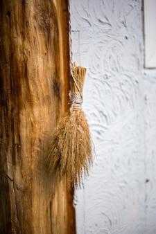 벽에 걸려있는 작은 빗자루