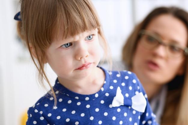 小さな子供が病室で怖がっている