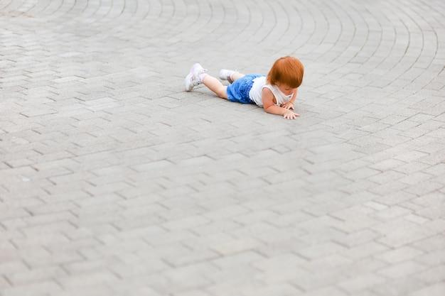 정사각형 복사 공간에 한 살 어린 아이가 떨어졌다