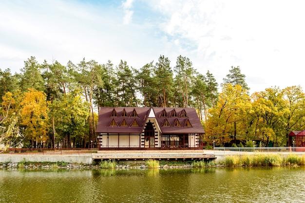 川のほとりの松の木にあるいくつかの家からなる森の中の小さな複雑なホテル。観光休暇