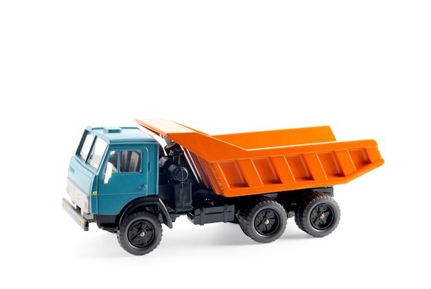 금속으로 만든 흰색 배경에 작은 복사본 덤프 트럭