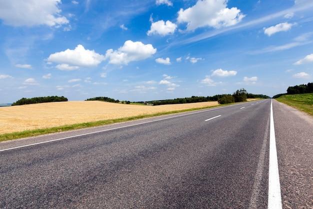 夏に撮影された小さな田舎道