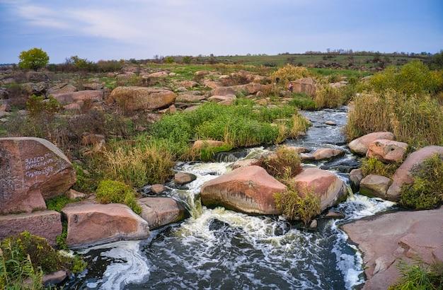 Небольшой быстрый водопад каменка в пустыне в вечернем свете в украине.