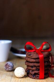 Небольшой подарок любимому человеку в виде домашнего печенья, перевязанного красной ленточкой.