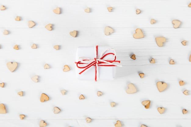 작은 나무 마음에 대 한 흰색 테이블에 작은 선물, 발렌타인 데이에 대 한 개념.
