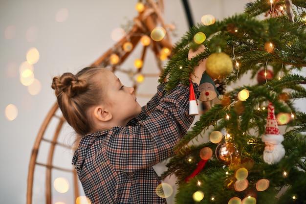 크리스마스 트리를 장식하는 어린 소녀
