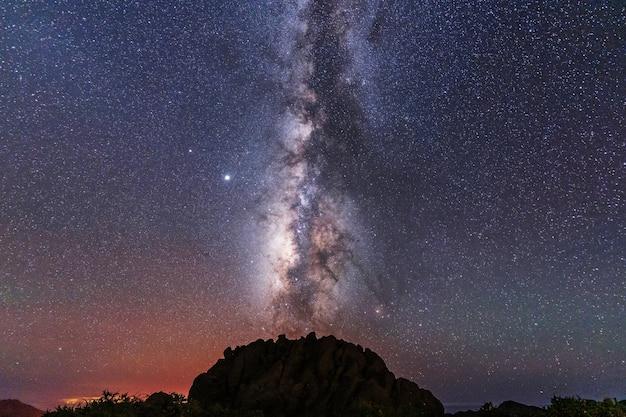 Небольшая гора под красивым млечным путем, астрофотография