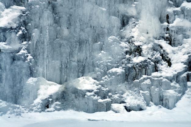 얼음과 눈 사이의 작은 산 폭포