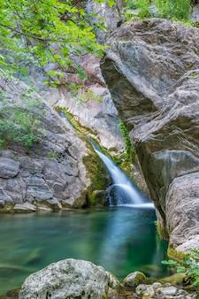 居心地の良いマウンテンラグーンにある小さな絵のように美しい滝。