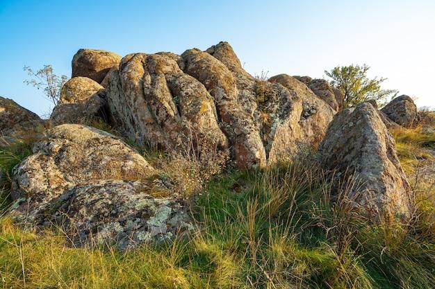 우크라이나 하늘을 배경으로 녹색 노란색 들판에 작은 돌 더미