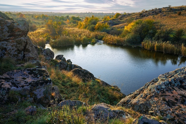 아름다운 우크라이나 하늘을 배경으로 녹색 노란색 들판에 작은 돌 더미