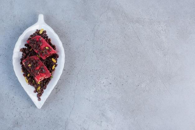 대리석 배경에 맛을 내고 색이 칠해진 터키 요리를 담은 작은 플래터.