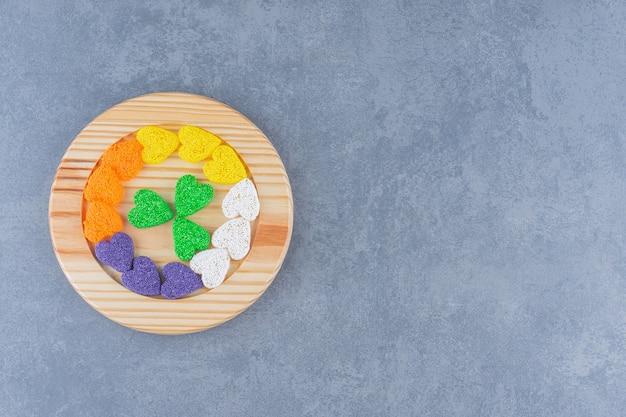 大理石の背景に、少量のクッキー。