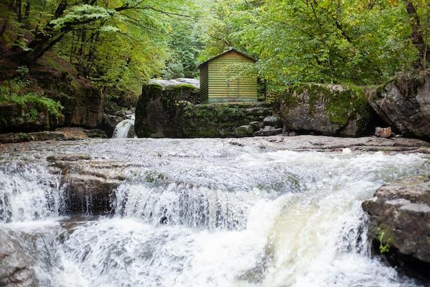 Речка осенью и дом