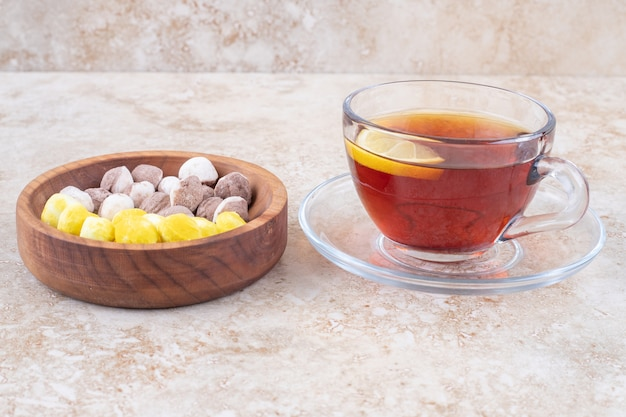 レモンスライスとキャンディーを添えた少量のお茶