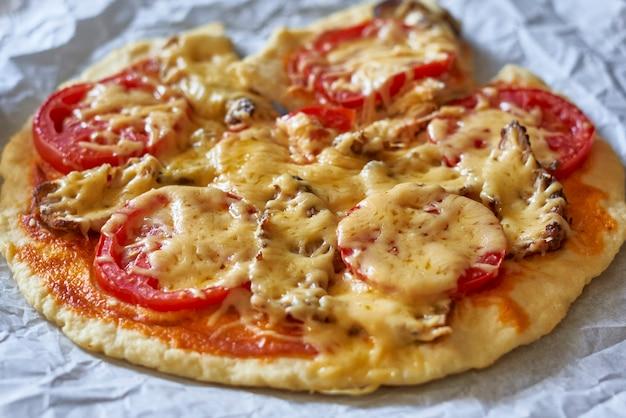 家庭の台所で焼きたての小さな自家製ピザおいしいピザ