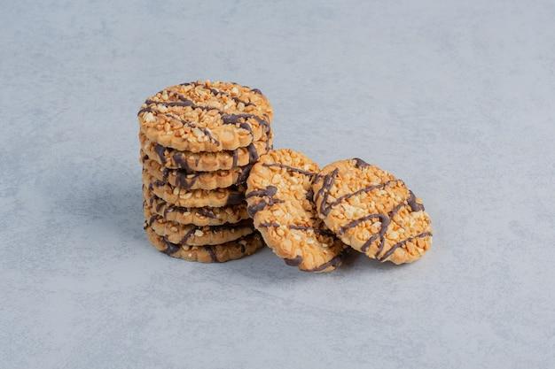 대리석 표면에 작은 쿠키 스택