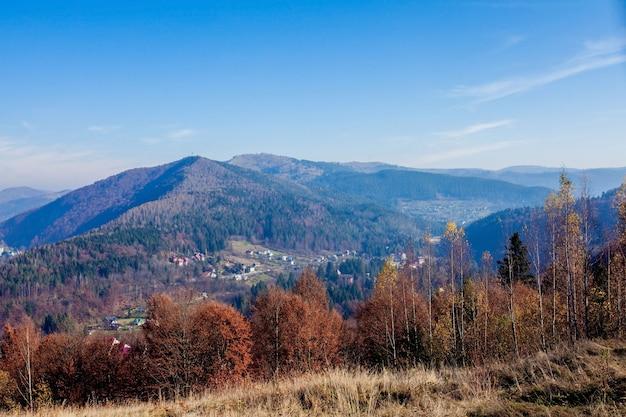 ウクライナの山の間の小さな町、カルパティア山脈