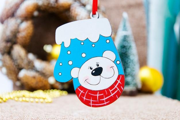クマの絵のついたミトンの小さなおもちゃ