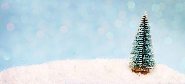 Маленькая игрушечная елка на снегу, баннер для шапки сайта