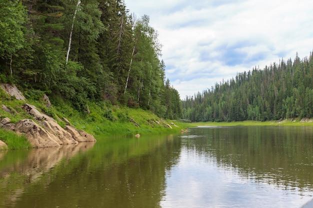 エニセイ川の小さな支流。ロシア、クラスノヤルスク地方