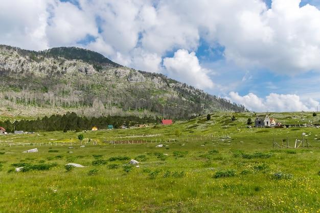 작은 마을은 많은 언덕과 산 사이에 위치하고 있습니다.