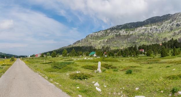 Небольшая деревня расположена среди многих холмов и гор.
