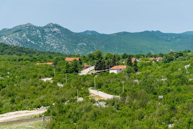산 사이 평야에 작은 마을이 있습니다.