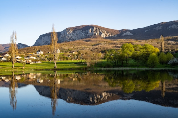 山の湖のほとりにある小さな村。大都会から離れた夢の生活。居心地の良い風景。