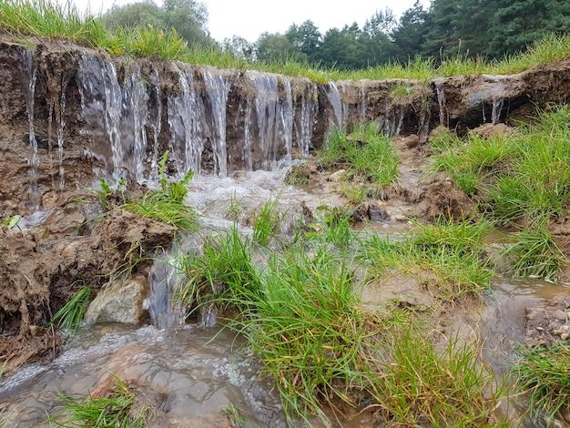 작은 폭포 흐르는 물이 토양을 침식