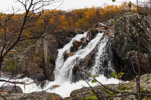 Небольшой водопад осенью