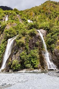 Небольшой водопад на пути к леднику франца-иосифа южный остров новая зеландия