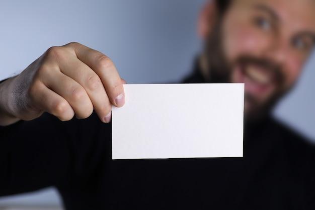 그의 손에 작은 흰색 종이 남자