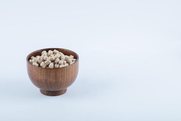 生の白エンドウ豆でいっぱいの小さな木製のボウル。