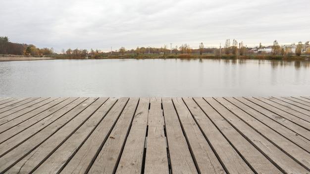 가 안개 아침에 조용한 호수에 작은 목조 부두.