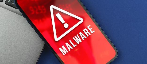 Экран смартфона с обнаруженным вредоносным по, предупреждение о киберпреступности
