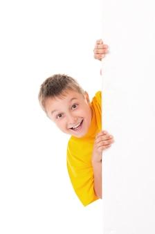 明るい黄色のtシャツを着て笑顔のハンサムな10代の少年
