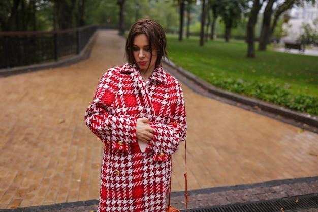 가을 옷을 입고 웃는 중년 여자.