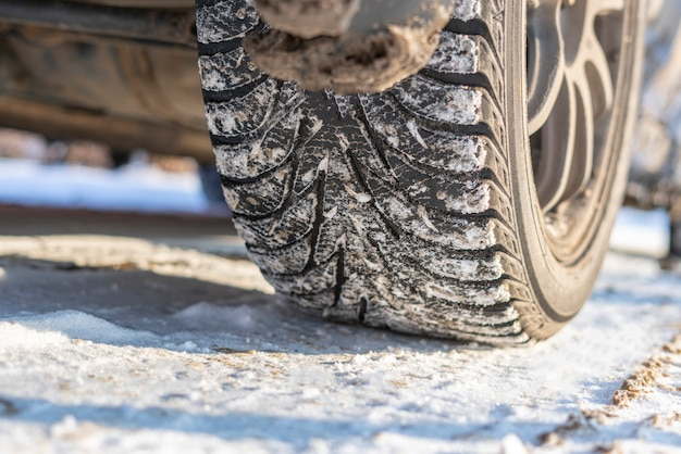 눈과 얼음 겨울 자동차 타이어는 자동 차량 바퀴를 닫습니다