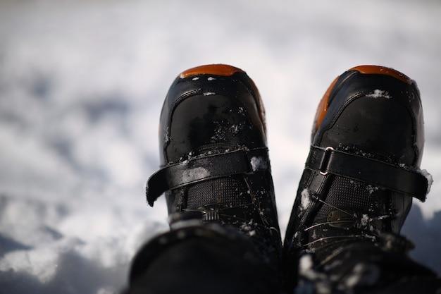 Снег сапог заделывают. выстрел из снега на белом снегу