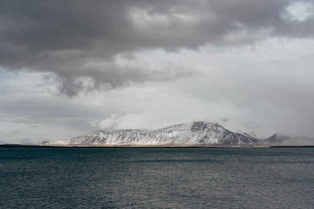 アイスランドの大西洋岸に雪に覆われた山