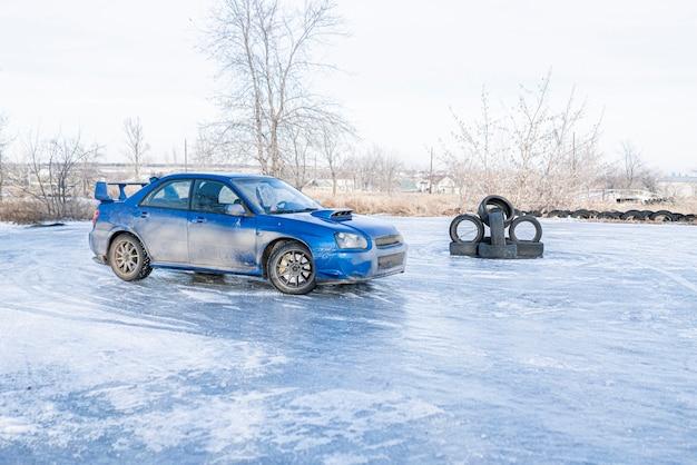 雪の季節の運転、流氷の冬の車のタイヤ